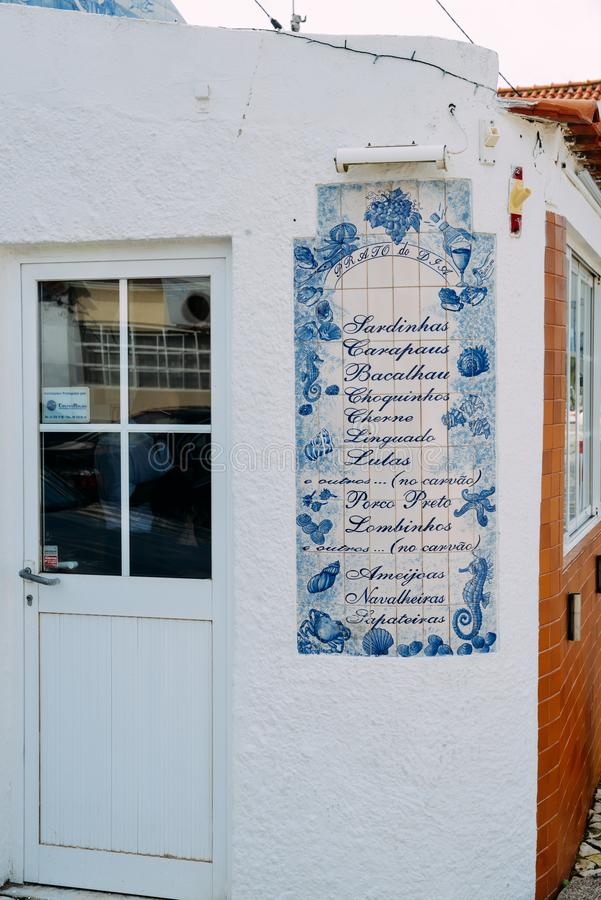 Azulejo keramiskt tecken med typisk portugisisk disk som är till salu på en restaurang fotografering för bildbyråer