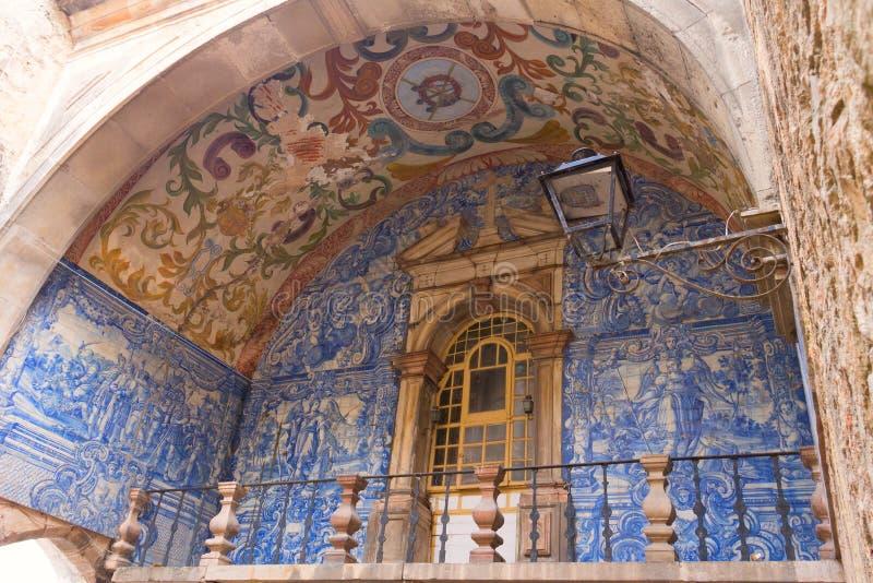 Azulejo på staden utfärda utegångsförbud för Óbidos royaltyfri fotografi