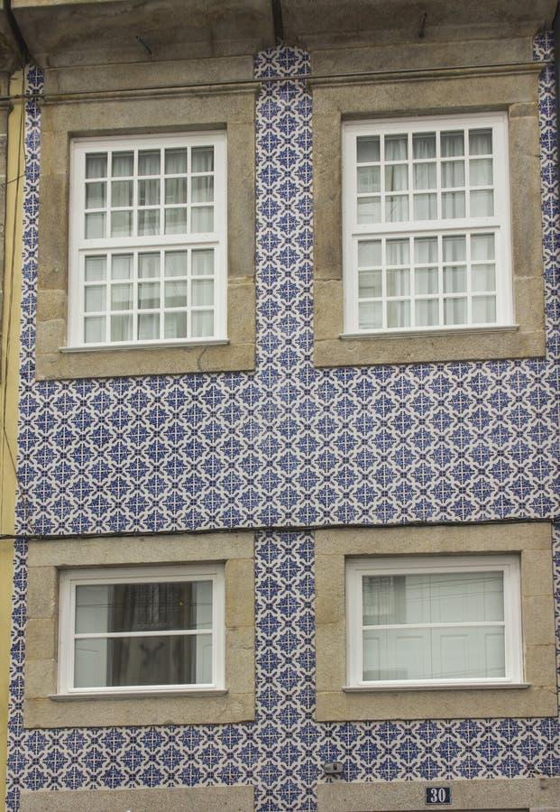 Azulejo tegelplattor på det byggande typiska fullföljandet för fasad av byggnader royaltyfri foto