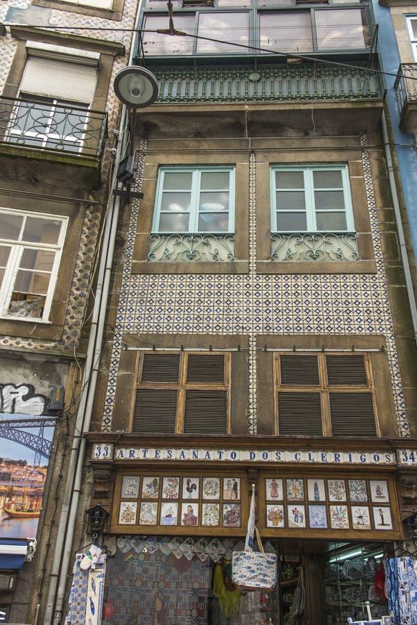 Azulejo tegelplattor på det byggande typiska fullföljandet för fasad av byggnader arkivbild