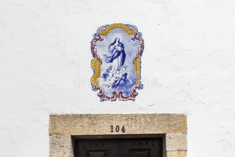 Azulejo tegelplattor som ovanför en souvenir shoppar i det charmiga medeltida royaltyfri bild