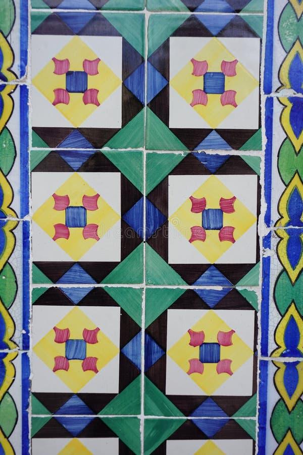 Azulejos с яркими квадратами и косоугольником в картине стоковая фотография rf