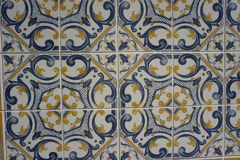 Azulejos avec le beau modèle bleu et jaune image libre de droits