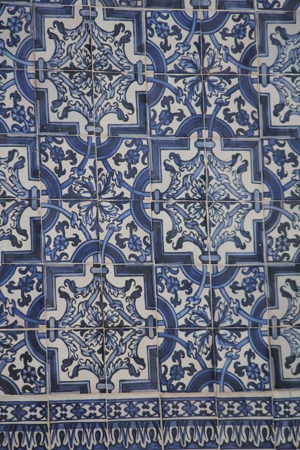 Azulejos azules en los edificios en Lisboa, Portugal imágenes de archivo libres de regalías