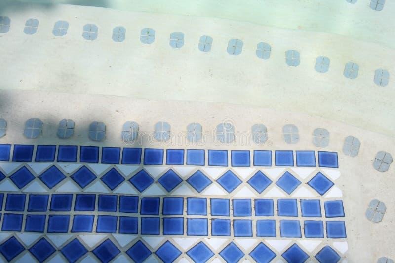 Azulejos azules en piscina fotos de archivo