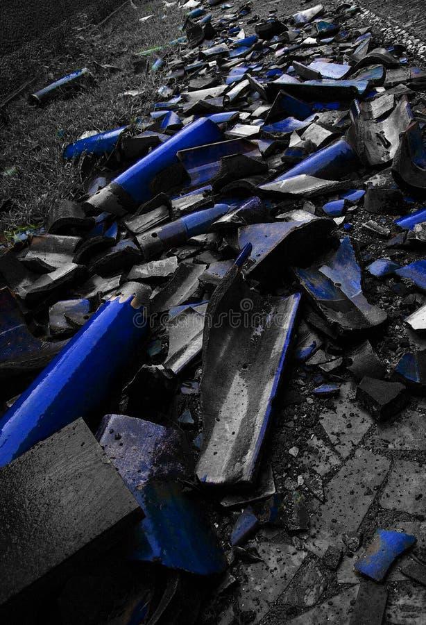 Azulejos azules rotos fotografía de archivo libre de regalías