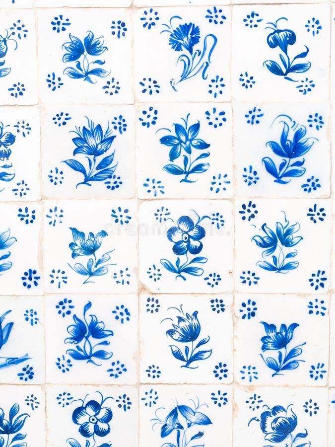 Azulejos blu tradizionali in Obidos, Portogallo immagini stock