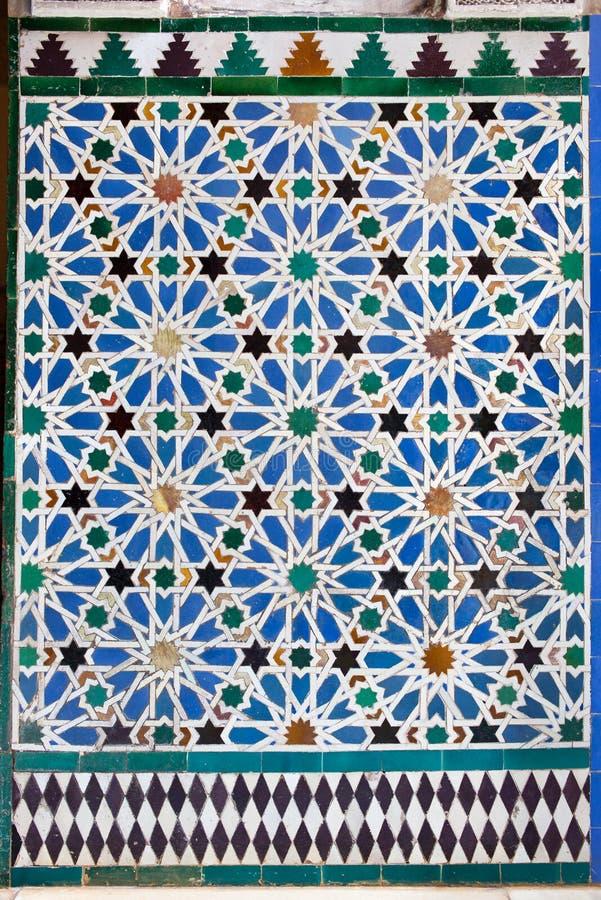 Azulejos deckte Wand in der Mudejar Art mit Ziegeln stockbild