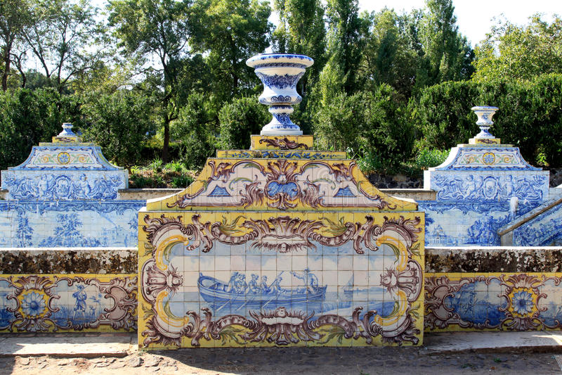 Azulejos del canal en palacio del nacional de Queluz del jardín imagenes de archivo