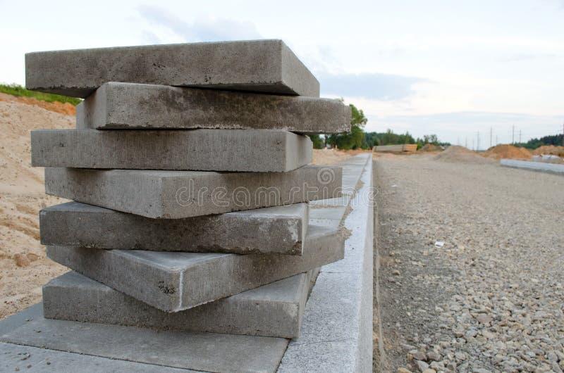 Azulejos del pavimento en la nueva acera. Nuevos trabajos de camino imágenes de archivo libres de regalías