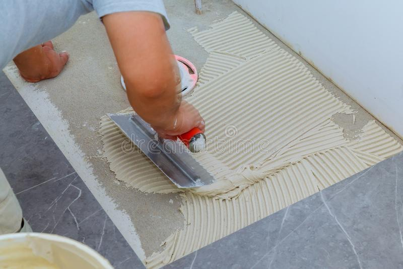 Azulejos e ferramentas para o tiler A instalação das telhas de assoalho Melhoria home, renovação foto de stock