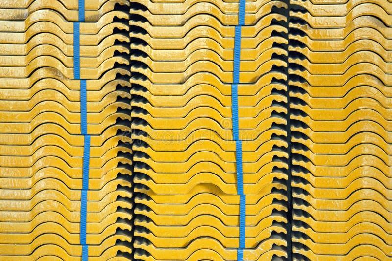 Azulejos em uma pilha em um canteiro de obras com um brandnew imagens de stock royalty free