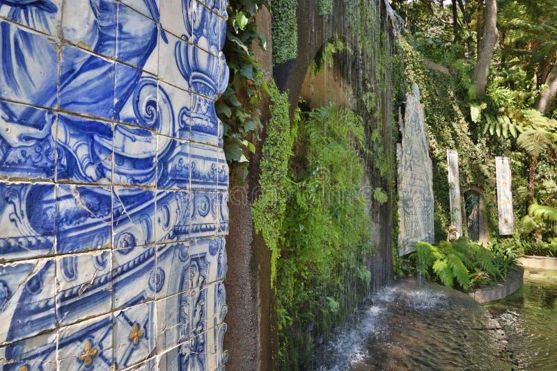 Azulejos im tropischen Garten in Funchal Madeira, Portugal stockbild
