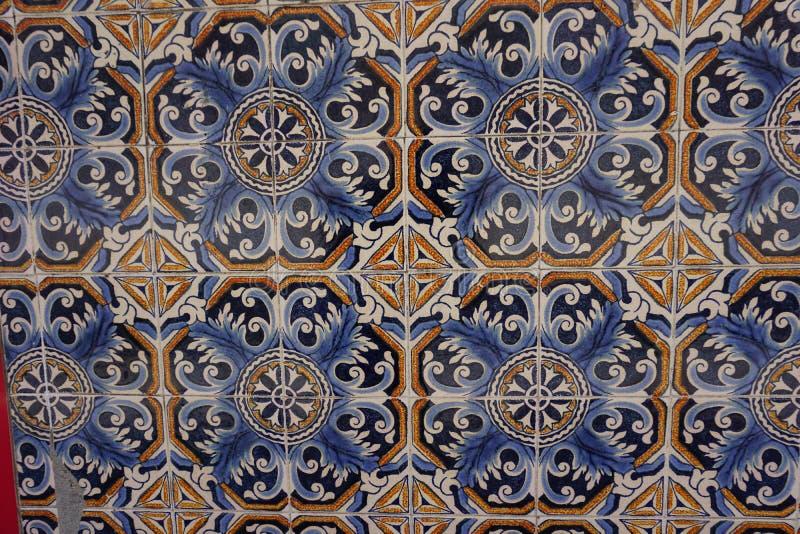 Azulejos med den härliga blåa och orange blom- prydnaden royaltyfri foto
