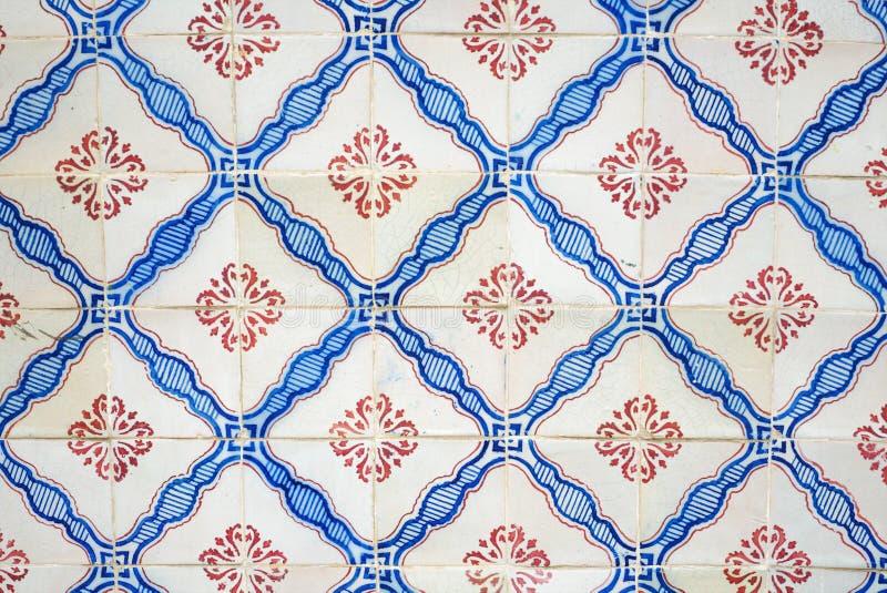 Azulejos - traditionellt dekorativt tenn-glasat stycke av keramik Lissabon, Portugal arkivfoton