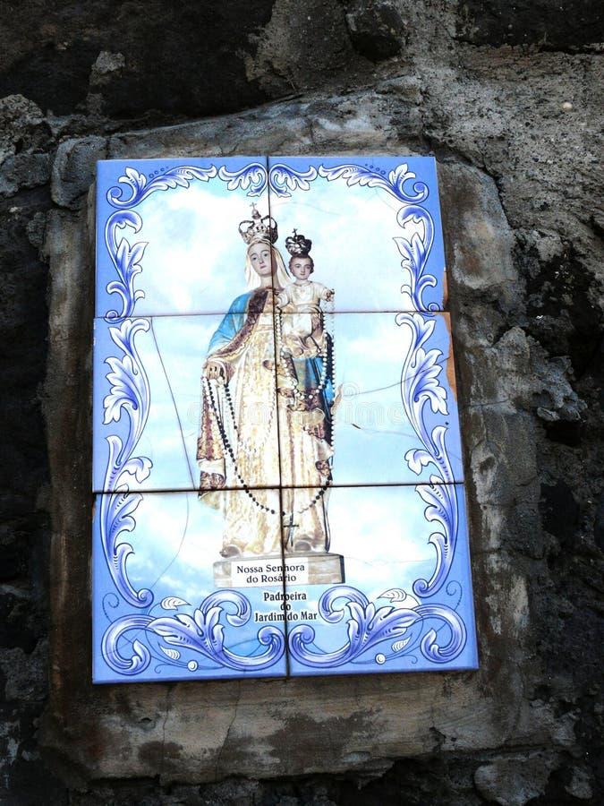 Azulejos von Jungfrau Maria im Dorf von Jardim beschädigen in Madeira stockbilder