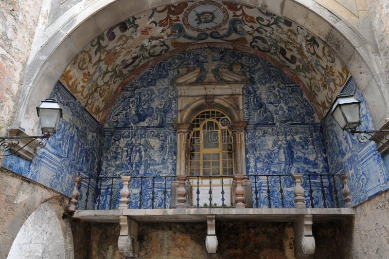Azulejos w starym drzwi w Obidos zdjęcia stock