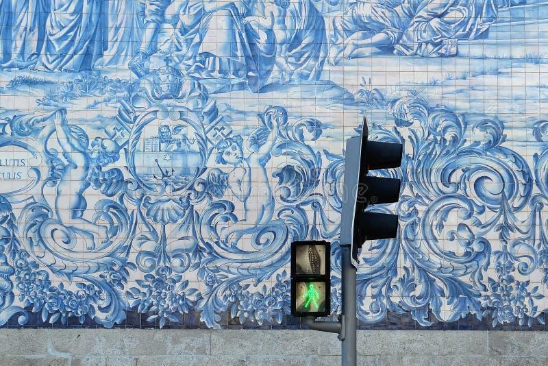 Azulejos y semáforos en el edificio en el centro de ciudad imagen de archivo