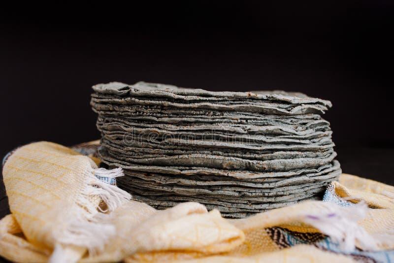 Azules de las tortillas, maíz azul, comida tradicional de la comida mexicana en México foto de archivo libre de regalías