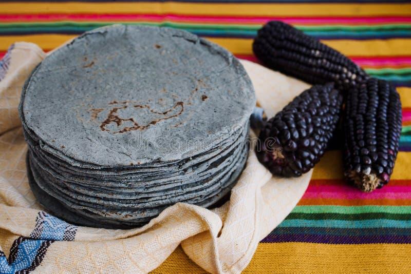 Azules de las tortillas, maíz azul, comida tradicional de la comida mexicana en México foto de archivo