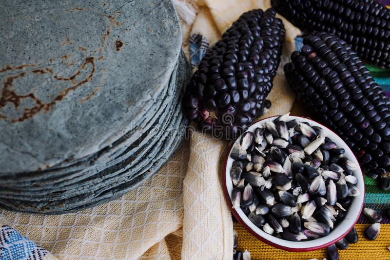 Azules de las tortillas, maíz azul, comida tradicional de la comida mexicana en México fotos de archivo