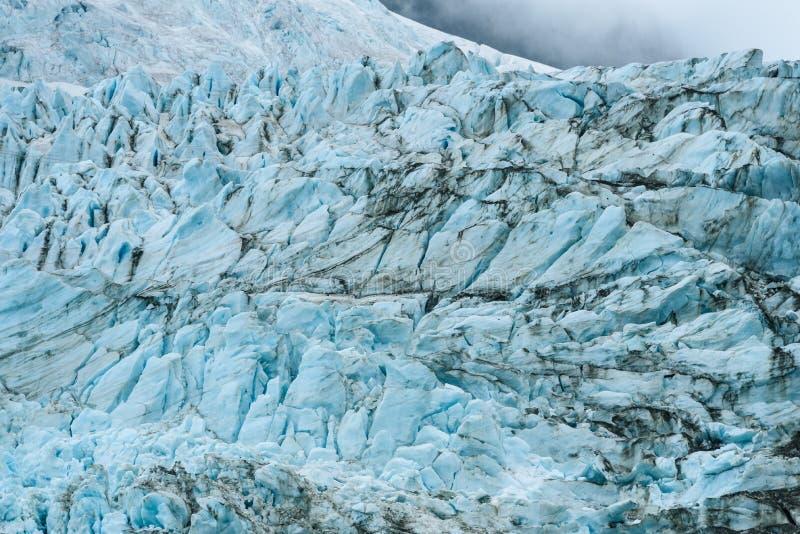 Azules glaciales y marrones de la suciedad en modelos fracturados del hielo en el glaciar en el fiordo de Drygalski, Georgia del  fotos de archivo