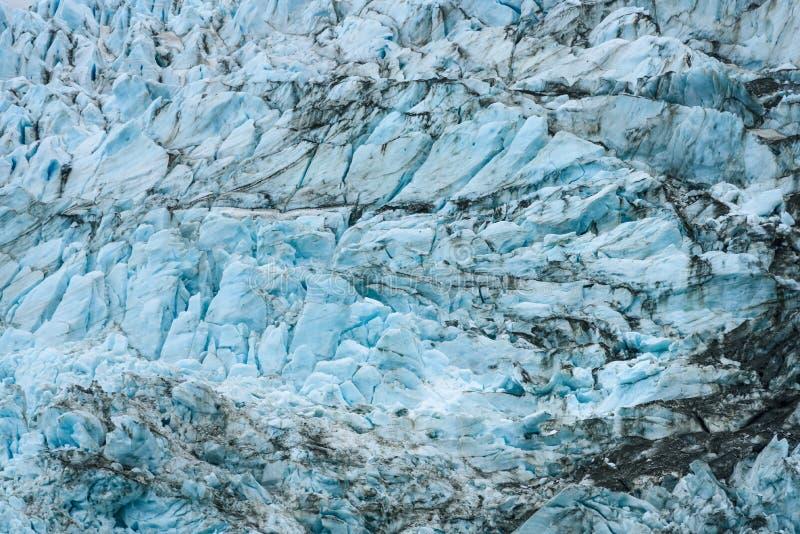 Azules glaciales y marrones de la suciedad en modelos fracturados del hielo en el glaciar en el fiordo de Drygalski, Georgia del  foto de archivo libre de regalías