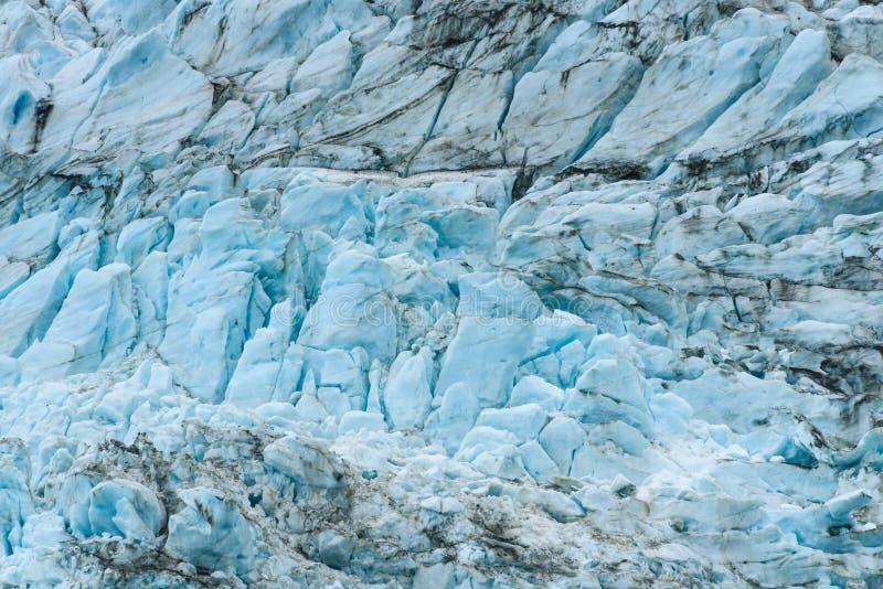 Azules glaciales y marrones de la suciedad en modelos fracturados del hielo en el glaciar en el fiordo de Drygalski, Georgia del  fotografía de archivo