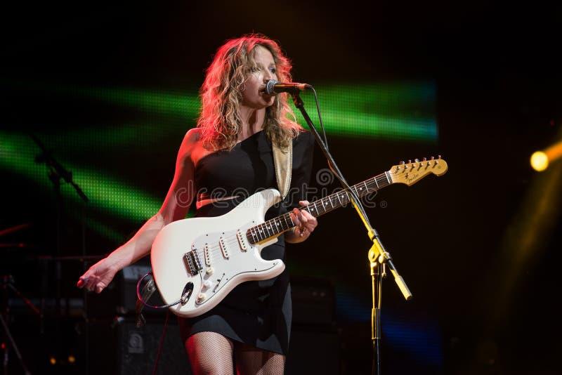 Azules guitarrista y ejecución de Ana Popovic del cantante viva en el Fest del arsenal, el 23 de junio 2017 imagen de archivo libre de regalías