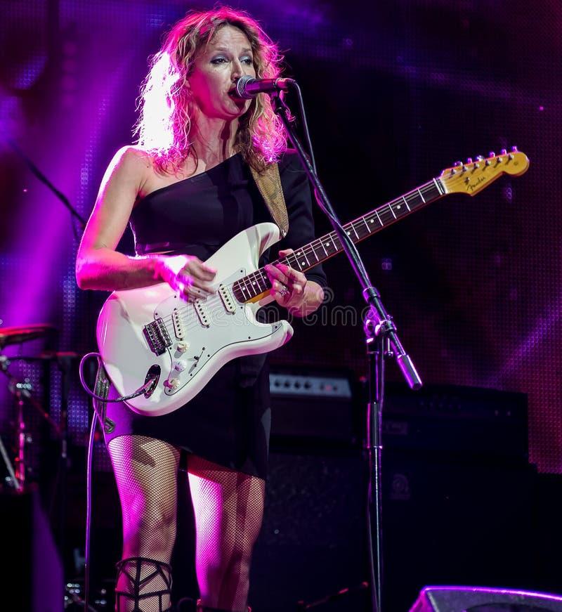 Azules guitarrista y ejecución de Ana Popovic del cantante viva en el Fest del arsenal, el 23 de junio 2017 imagen de archivo
