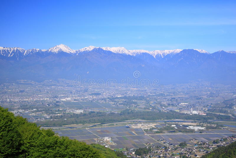Azumino-Stadt und Japan-Alpen stockbild