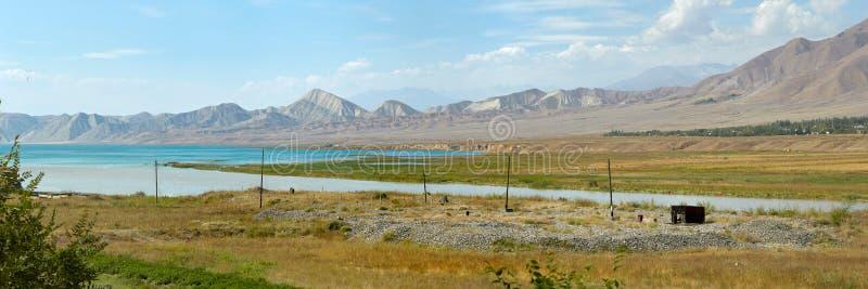 Azur blå sjö i Jalalabad, Kirgizistan arkivfoto