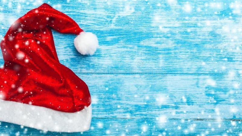 Azurblauer hölzerner Hintergrund Grüne Tanne, Betrug Weihnachtsgrußkarte und neues Jahr Raum für Sankt-` s Mitteilung Sankt-` s K lizenzfreies stockbild