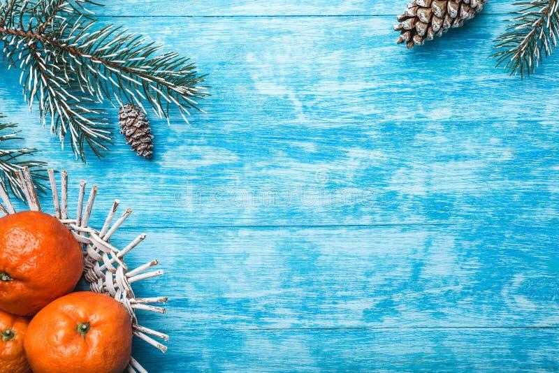Azurblauer hölzerner Hintergrund Grüner Tannenbaum Frucht mit Mandarine Weihnachtsgrußkarte und neues Jahr stockbilder