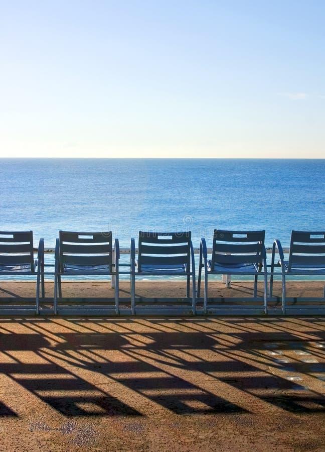 azurbluen chairs cote D trevliga france royaltyfria bilder