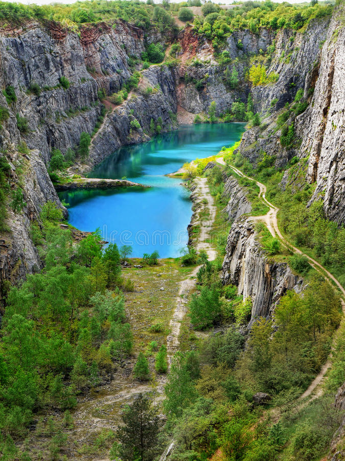 Azure Blue Lake, Kalksteensteengroeve stock afbeeldingen