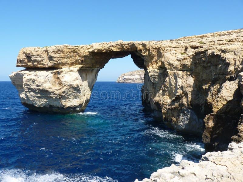 Azure Blue Window in Gozo Malta che mostra formazione rocciosa fotografia stock