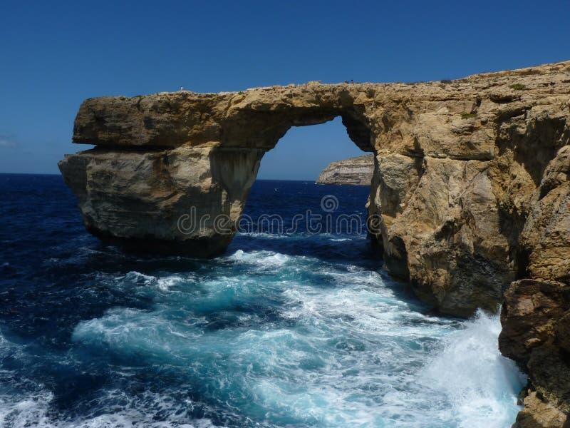 Azure Blue Window in Gozo Malta che mostra formazione rocciosa fotografie stock