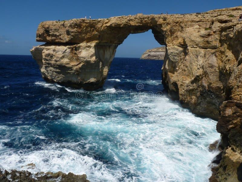 Azure Blue Window in Gozo Malta che mostra formazione rocciosa immagine stock libera da diritti
