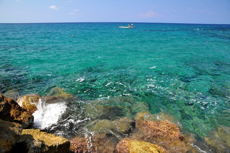 azure cyprus hav arkivfoton