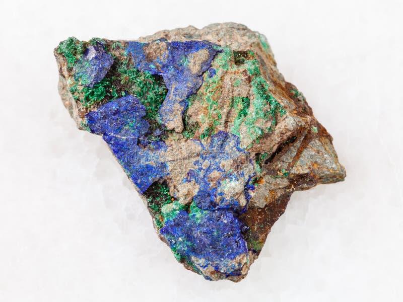 Azurite et malachite verte sur la pierre crue sur le blanc photo libre de droits