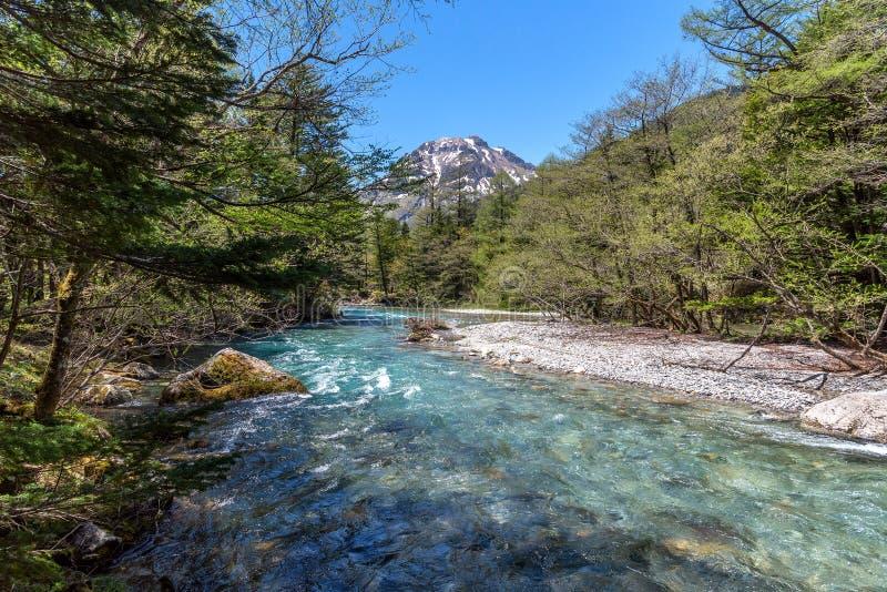 Azusarivier en hotakaberg in Kamikochi in de Noordelijke Alpen van Japan royalty-vrije stock afbeeldingen