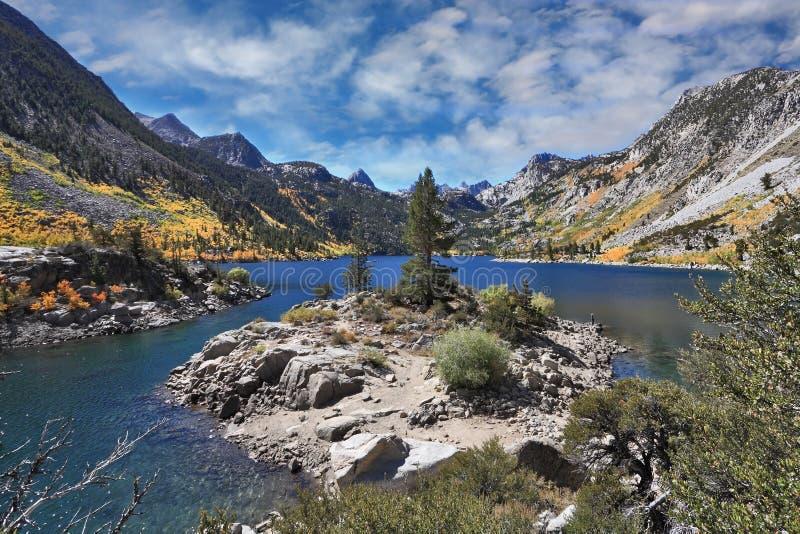 Azuurblauw meer in de de herfstbergen stock foto's