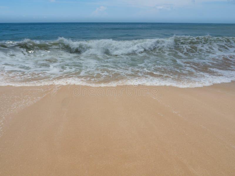 Azuurblauw strand met duidelijk water van Indische Oceaan bij zonnige daga mening van een klip in Bali, Indonesië royalty-vrije stock afbeeldingen
