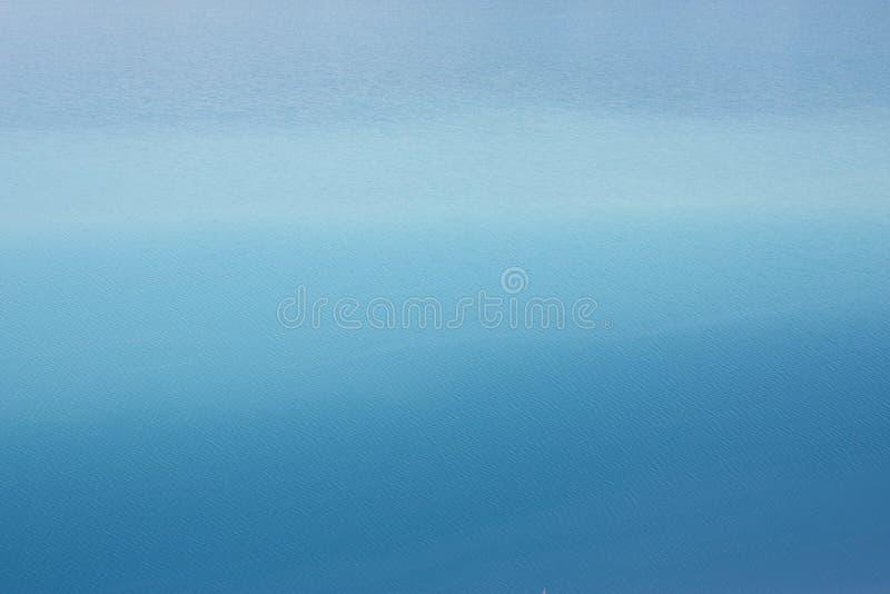Azuurblauwe blauwe uitgestrektheid als achtergrond van het overzees met kleine rimpelingen op het water stock foto