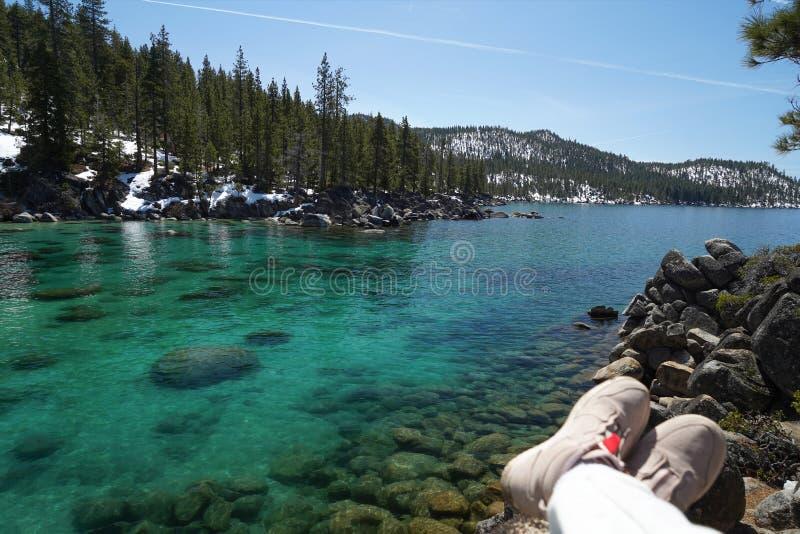 Azuurblauwe clearwater van het Meer Tahoe In de voorgrond, zachte roze schoenen in unfocus het vertroebelen royalty-vrije stock fotografie