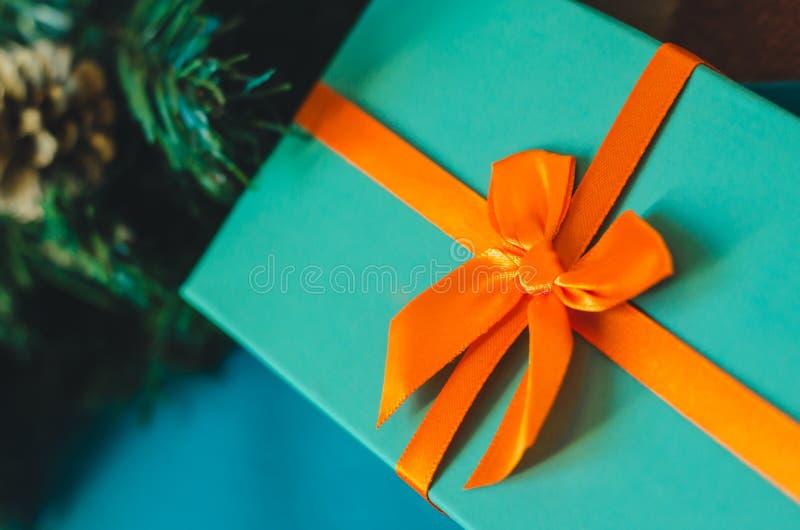 Azuurblauwe giftdoos met oranje boog dichte omhooggaand stock fotografie