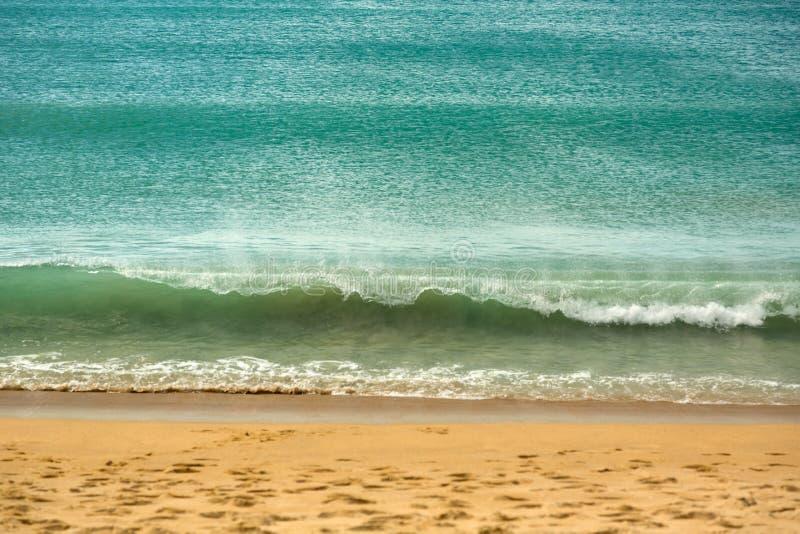 Azuurblauwe golf op het strand stock afbeelding