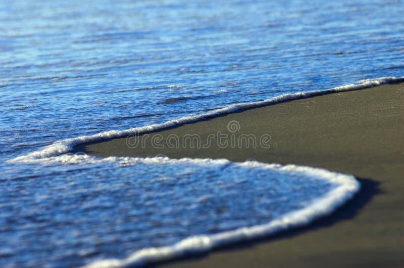Azuurblauwe oceaankust royalty-vrije stock fotografie
