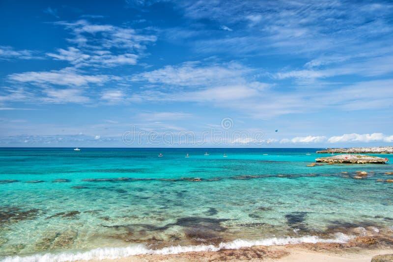 Azuurblauwe water Grote Stijgbeugel Cay Bahamas Geniet van rust de Bahamas Turkooise oceaangolven bij kust van de Bahamas Toevluc royalty-vrije stock fotografie